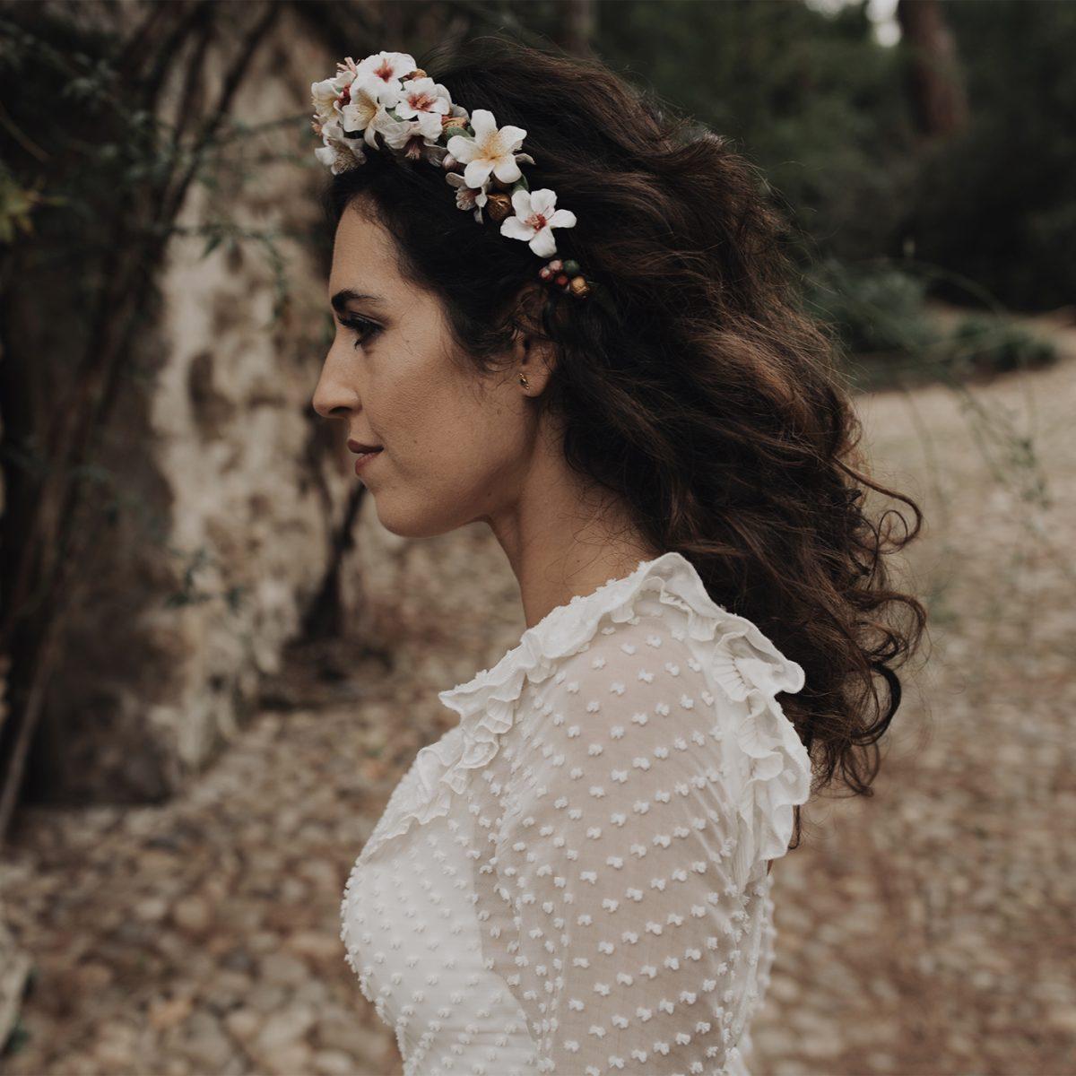 Novia con vestido romántico y bohemio y corona de flores